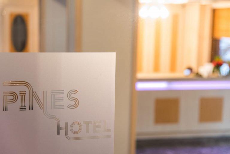 Είσοδος του ξενοδοχείου Pines Hotel. Ξενοδοχείο ημιδιαμονής στα βόρεια προάστια.