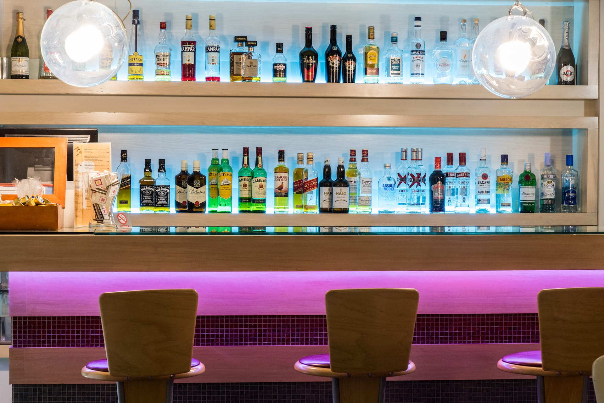 Το μπαρ του ξενοδοχείου ημιδιαμονής Pines Hotel στα βόρεια προάστια στην Εθνική όδο.