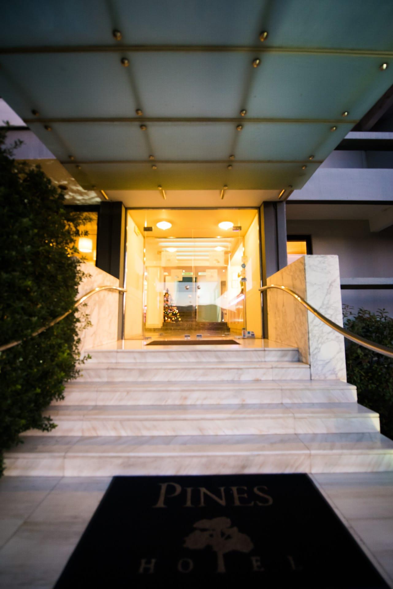 Οι σκάλες εισόδου του ξενοδοχείου Pines Hotel. Ξενοδοχείο ημιδιαμονής στα βόρεια προάστια.
