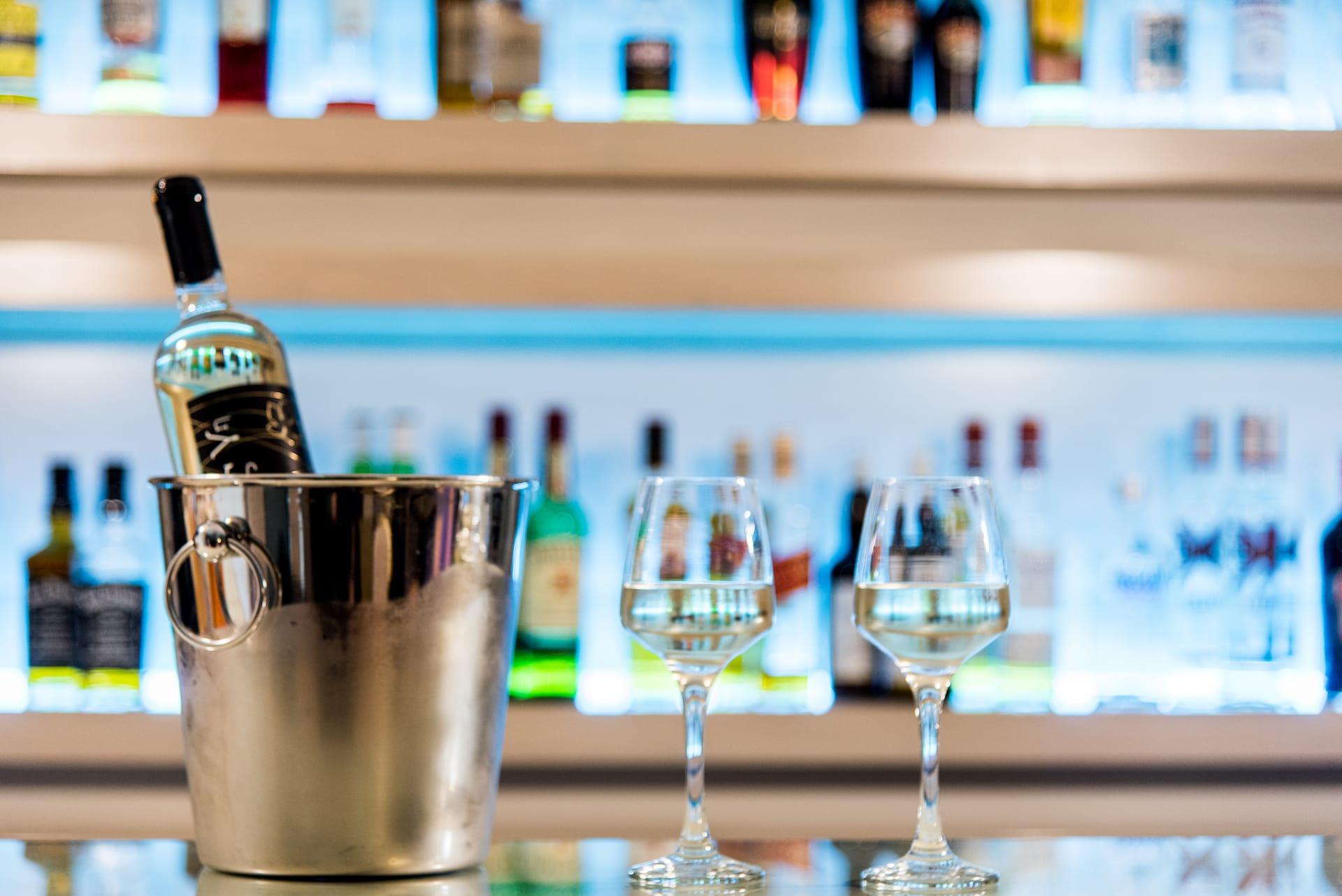 Σαμπανιέρα με παγωμένο κρασί και 2 ποτήρια στο μπαρ του ξενοδοχείου ημιδιαμονής Pines Hotel.