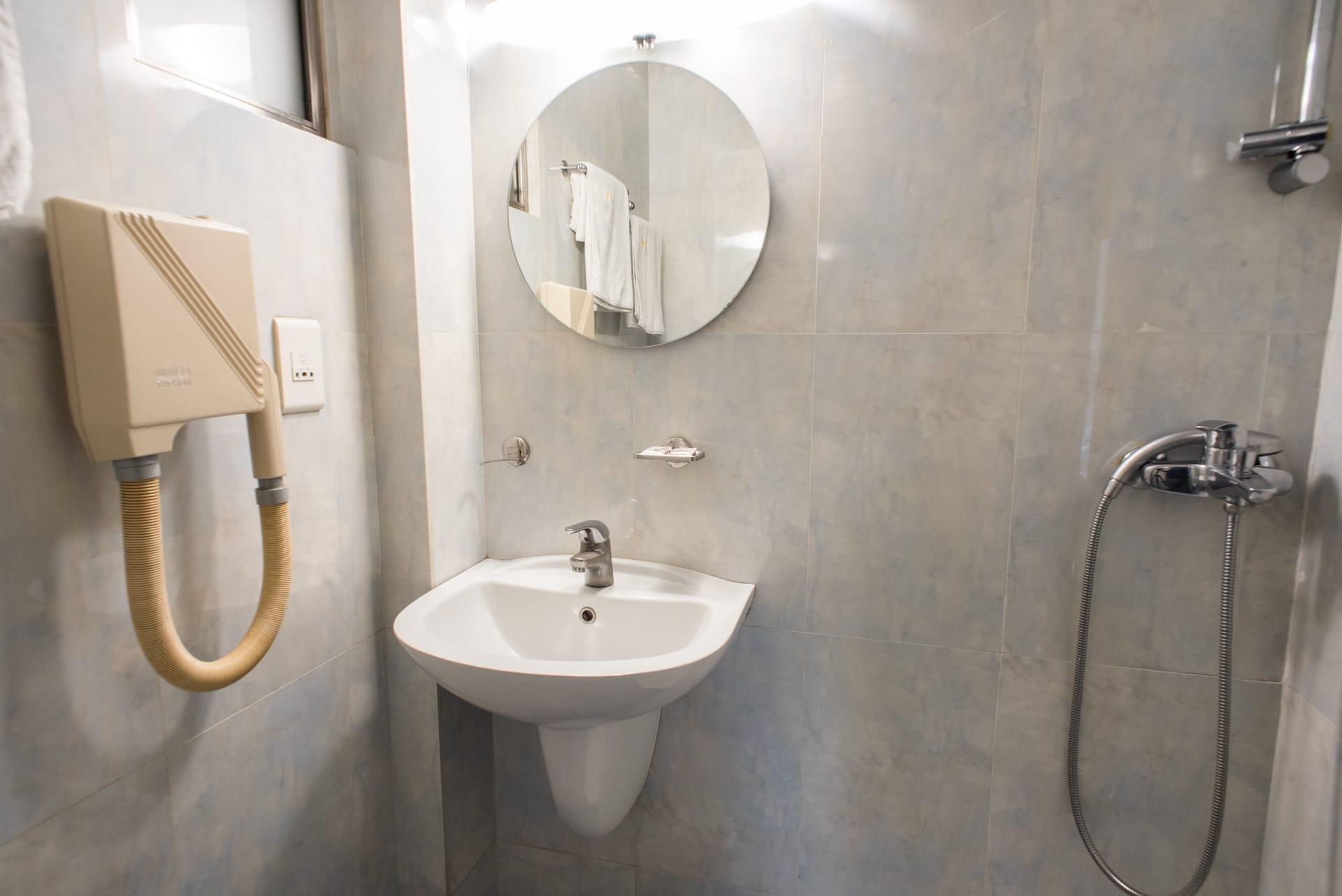 Μπάνιο του Superior room στο Pines Hotel ξενοδοχείο στα Βόρεια Προάστια.